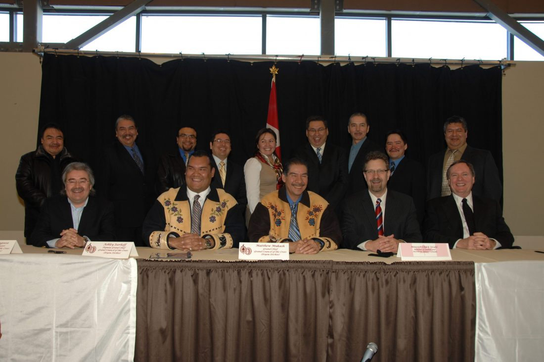 All Chiefs, Grand Chiefs, the Minister and negotiators - Signing of the Agreement concerning a New Relationship between the Government of Canada and the Cree of Eeyou Istchee